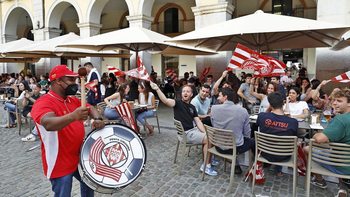 El popular Sisplau animant un grup de joves, amb banderes del Girona, a la plaça Independència dijous passat. | ANIOL RESCLOSA