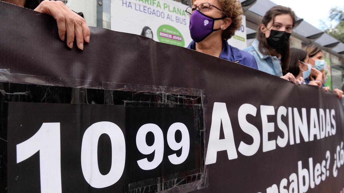 Concentración en Valladolid en rechazo al asesinato de la mujer a manos de su marido.