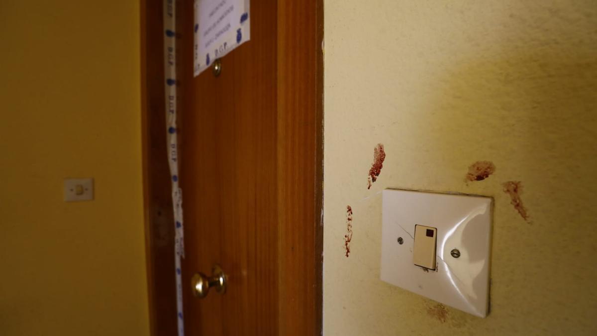 Interruptor con sangre junto al piso en el que ocurrieron los hechos.