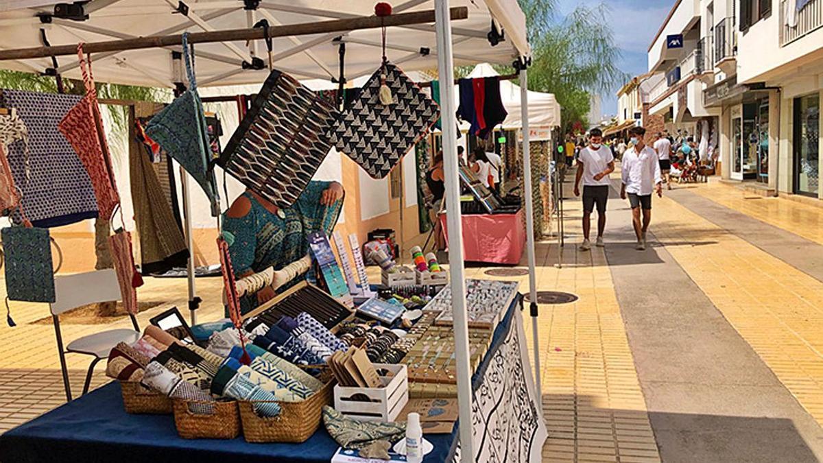 Puestos en uno de los mercados de Formentera, la pasada temporada.   CF