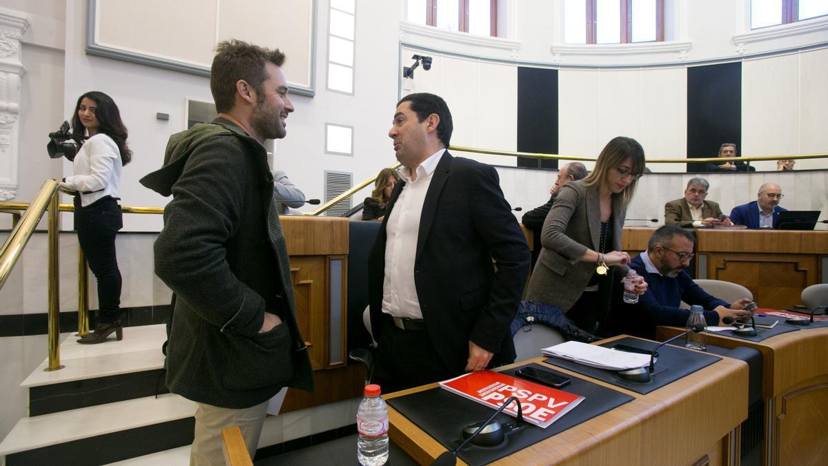 Gerard Fullana y Toni Francés en un pleno de la Diputación de Alicante.