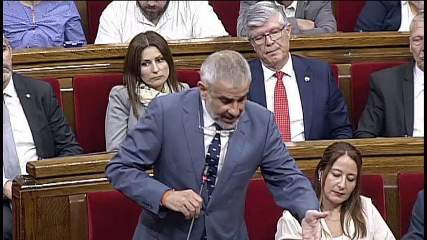 Bronca en el Parlament por un un lazo amarillo