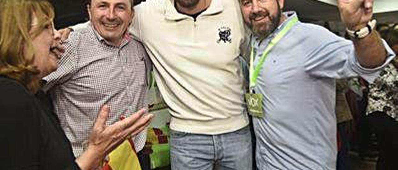 José Ángel Antelo, en el centro de la imagen, celebra los resultados de Vox en Murcia el pasado domingo.