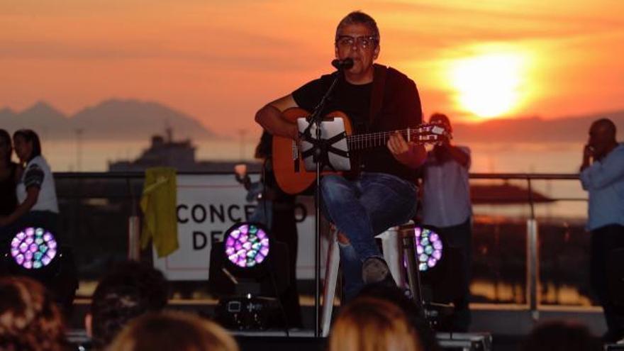 Pedro Guerra realza la puesta de sol de Vigo