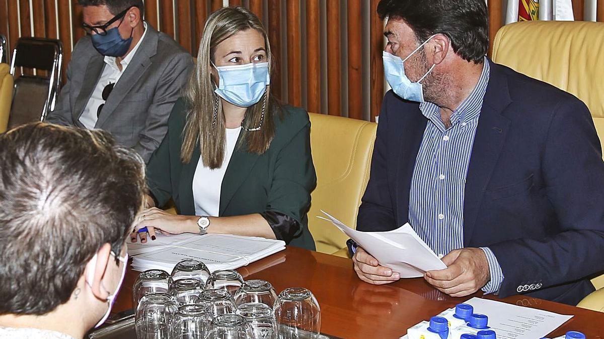 El alcalde, Luis Barcala, mira a la concejala de Hacienda, Lidia López, en la comisión de ayer.