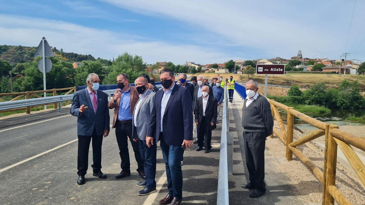 Autoridades en la inauguración del nuevo puente de Domez de Alba