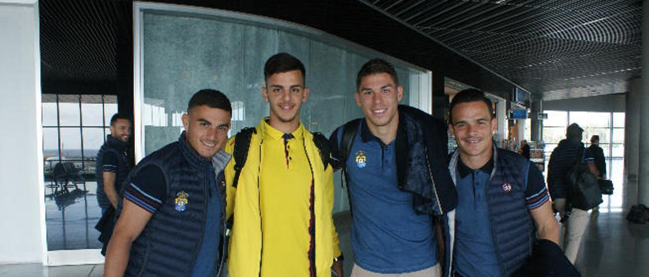Asdrúbal Padrón, Raúl Lizoain y Roque Mesa, escoltan, ayer, a Jeremy Betancort, en el aeropuerto de Gran Canaria.