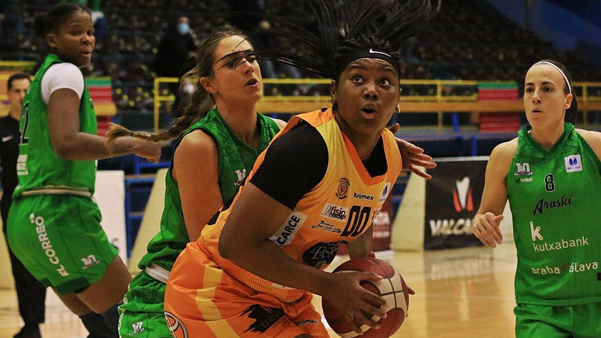 Amy Okonkwo, con el balón, junto a Tamara Abalde. / José Luis Fernández
