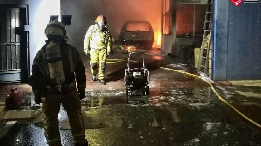 Los bomberos intervienen en el incendio de un taller de automoción en Guardamar del Segura