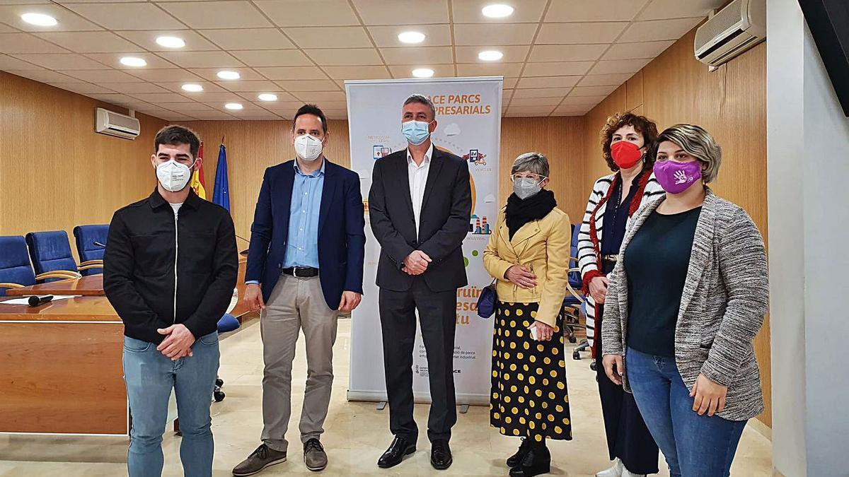 El conseller Rafa Climent (centro) ayer en Foios tras presentar las ayudas a los polígonos. | LEVANTE-EMV
