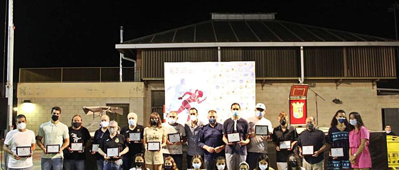 Foto de grupo con los deportistas premiados en la gala | LEVANTE-EMV