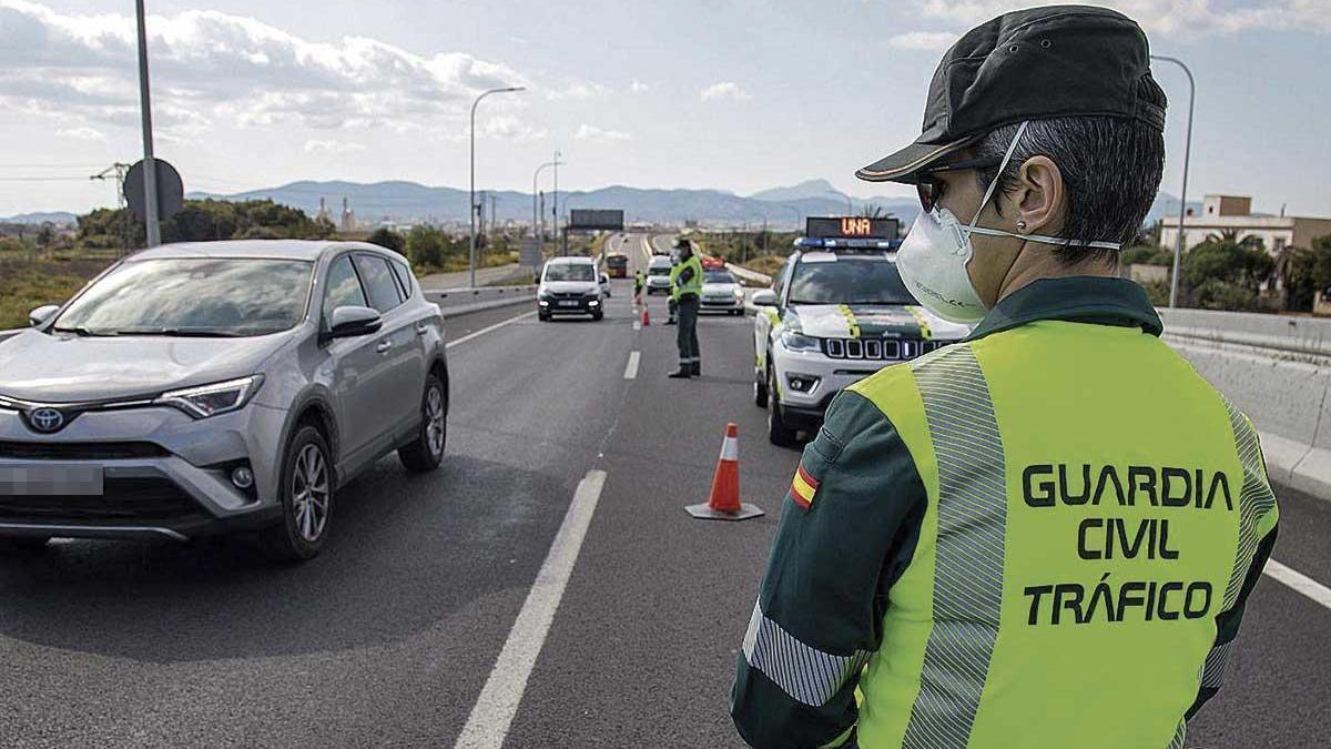 Agentes de la Guardia Civil de tráfico durante un control en Mallorca este año.