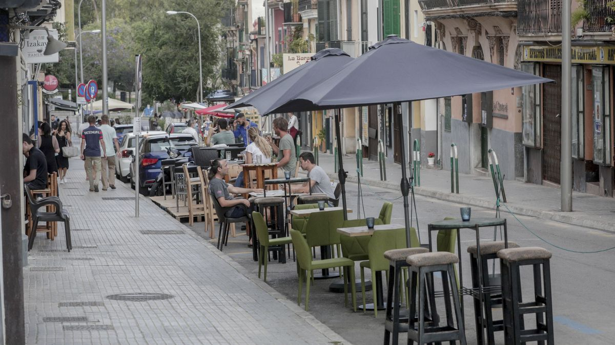 Manch einer wird sie vermissen: Café-Tische statt parkender Autos in Palmas Stadtviertel Santa Catalina.