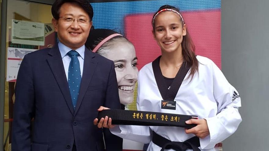 ¿Qué es lo que pone en el cinturón de la campeona Adriana Cerezo?