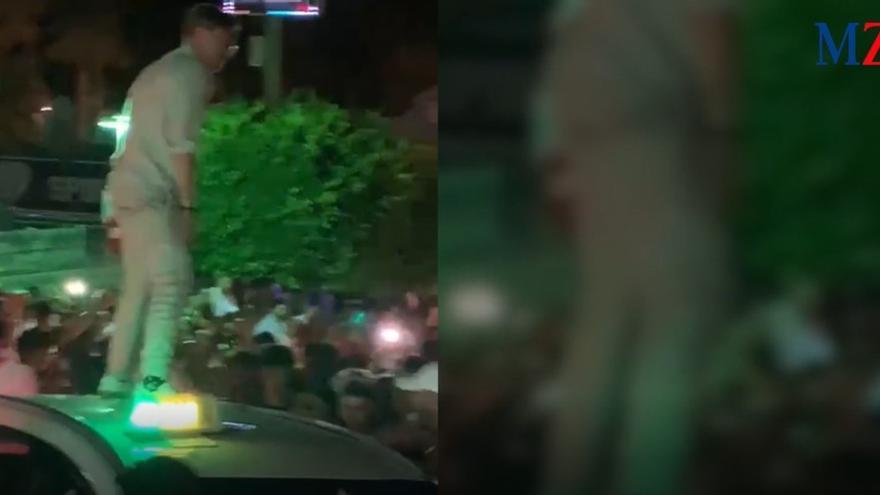 Polizei treibt feiernde britische Urlauber in Magaluf auseinander (Nacht vom 7. auf den 8. August 2021).