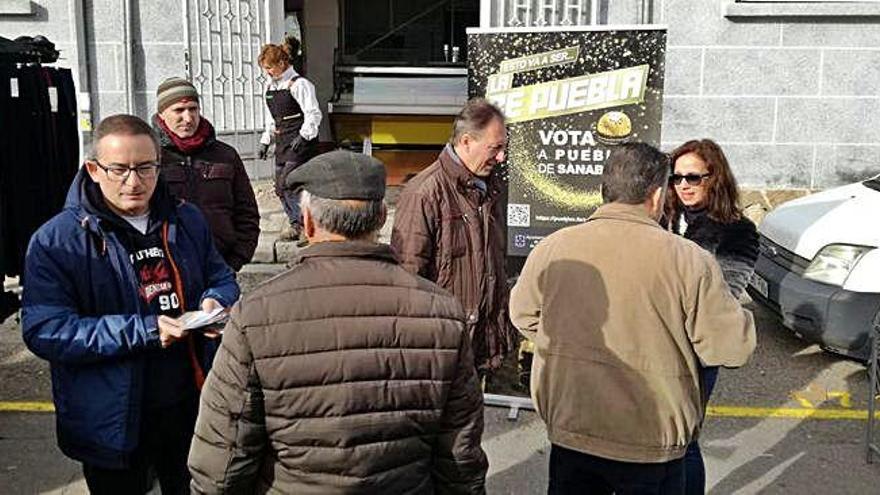 Representantes del Ayuntamiento de Puebla y la directora de la Oficina de Turismo, Teresa del Estal, ayer buscando apoyos en El Puente.