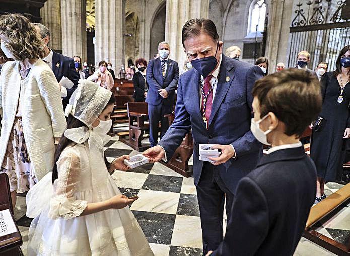 El Alcalde entrega un detalle a unos niños que habían hecho la primera comunión el día anterior.