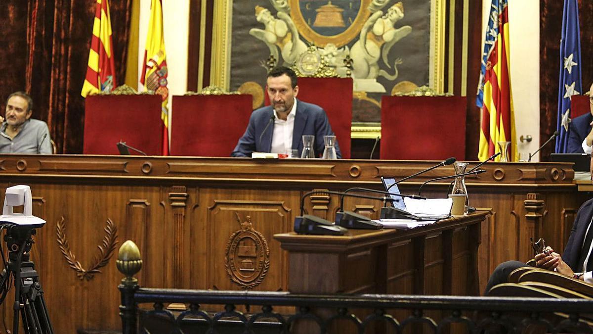 Imagen de un pleno del Ayuntamiento de Elche, con el interventor a la derecha del alcalde.