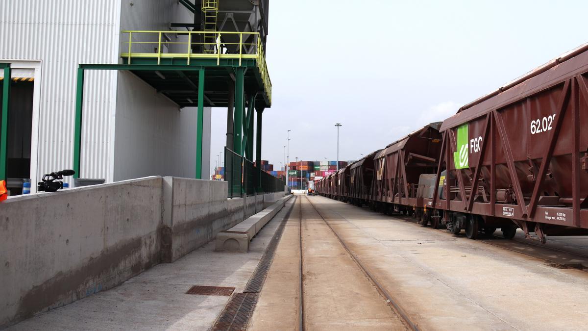 Pla obert de la via de FGC que va fins la terminal d'ICL al Port de Barcelona amb contenidors de fons el 3 de març del 2021.
