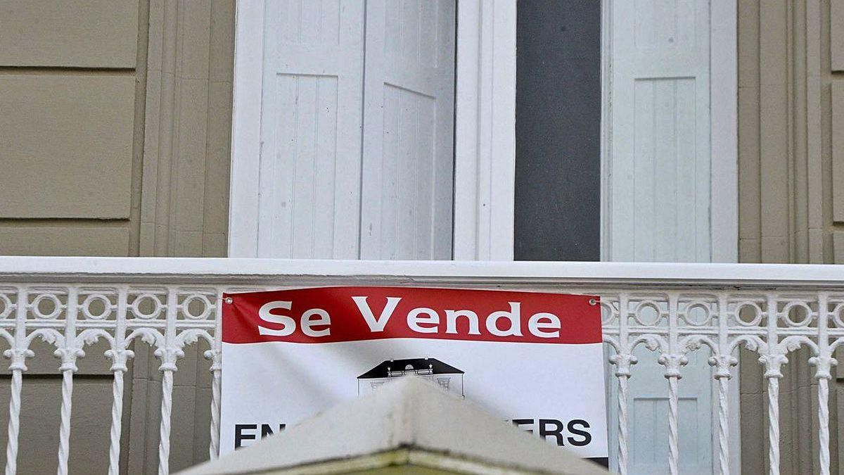 Cartel de un piso en venta en A Coruña.