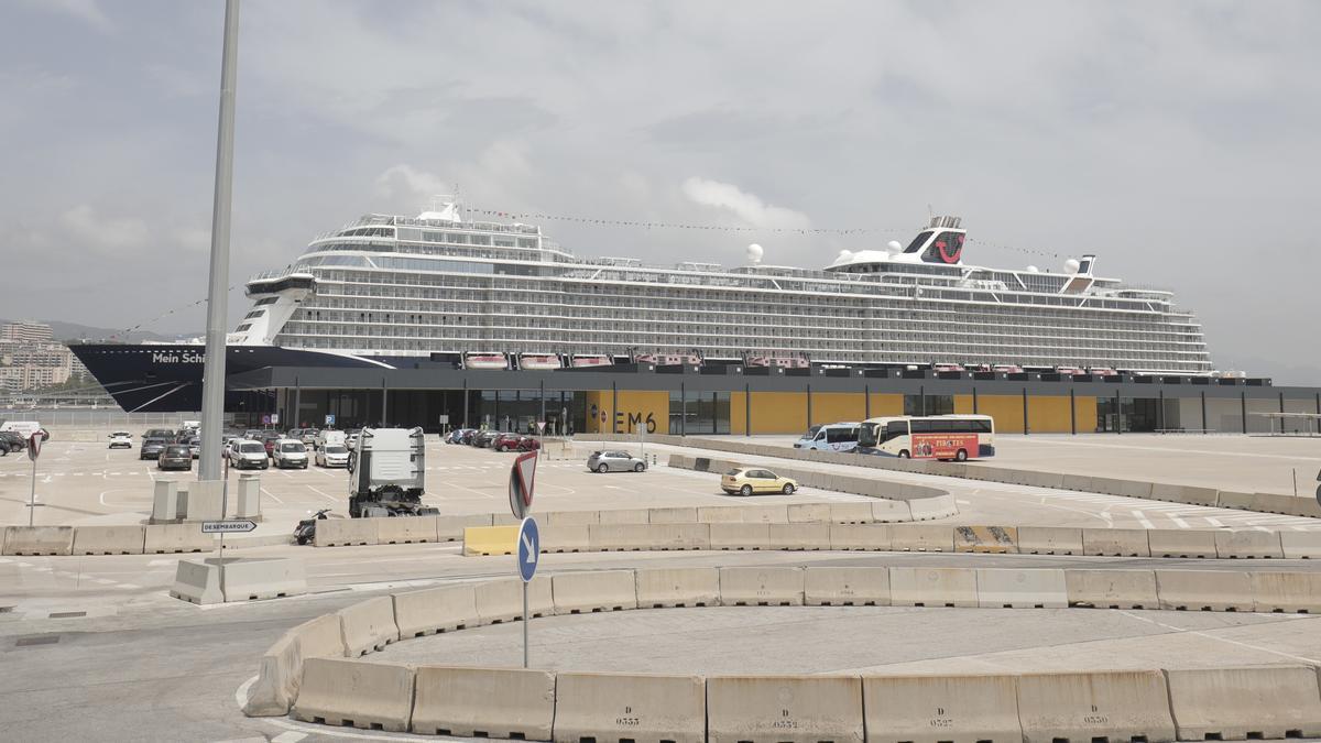 El 'Mein Schiff 2' atracado en el puerto de Palma.