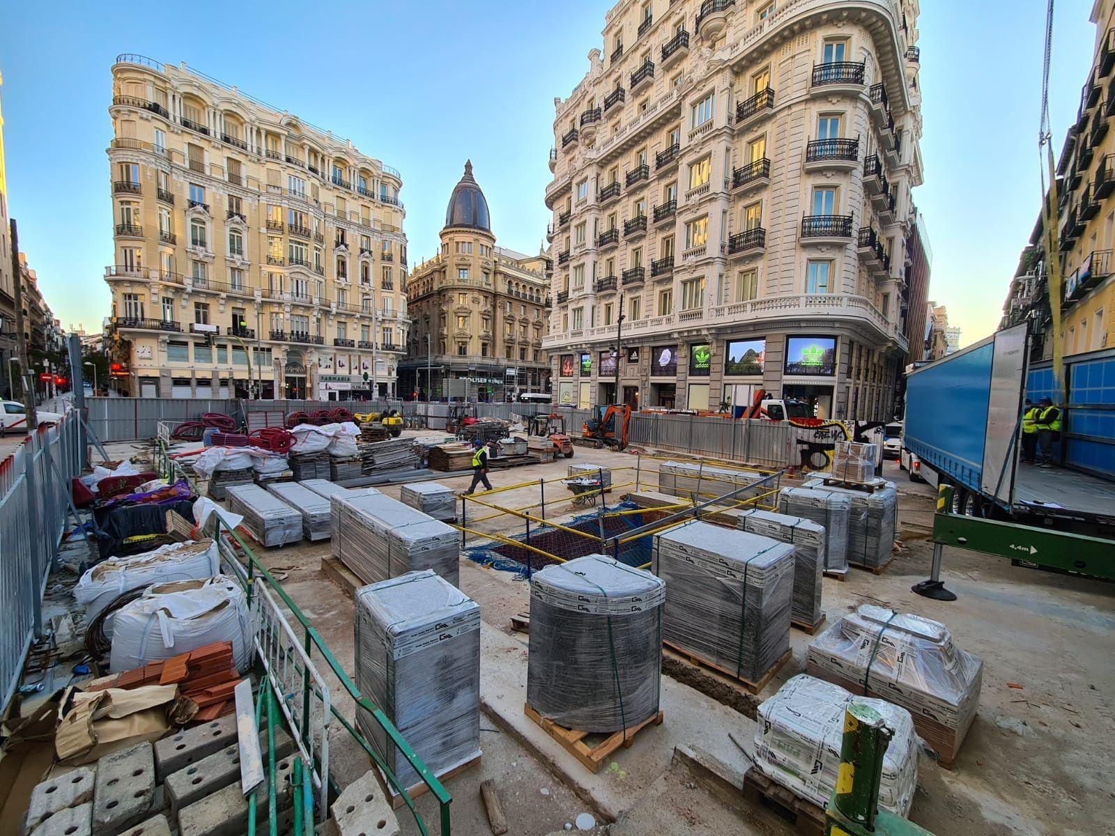 Trabajos de la primera fase de reconstrucción del templete en la Gran Vía de Madrid.
