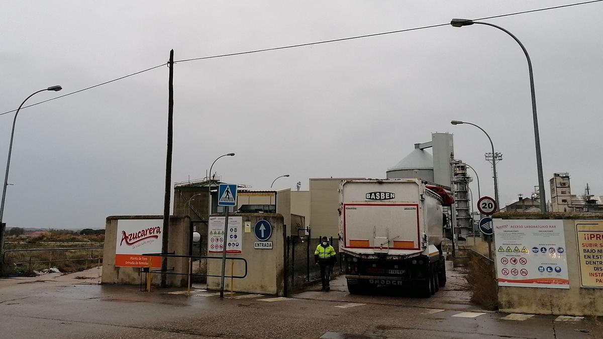 Un camión cargado de remolacha accede a la fábrica Azucarera de Toro
