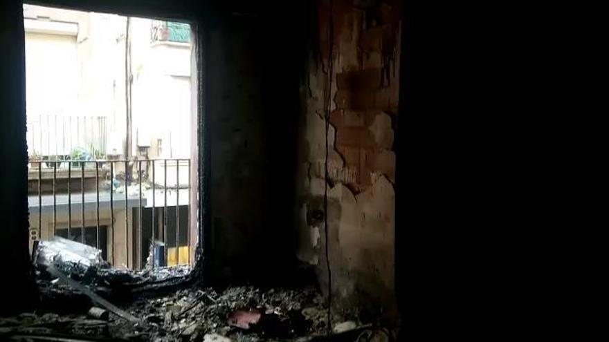 Un foc en un pis de Figueres obliga a rescatar una veïna i a confinar-ne una altra