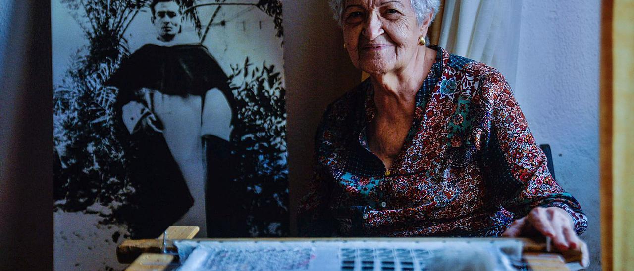 Antonia María Morales, el pasado jueves en su vivienda de Carrizal, junto a la imagen de su hermano dominico Tomás Morales y su calado. | | JOSÉ CARLOS GUERRA