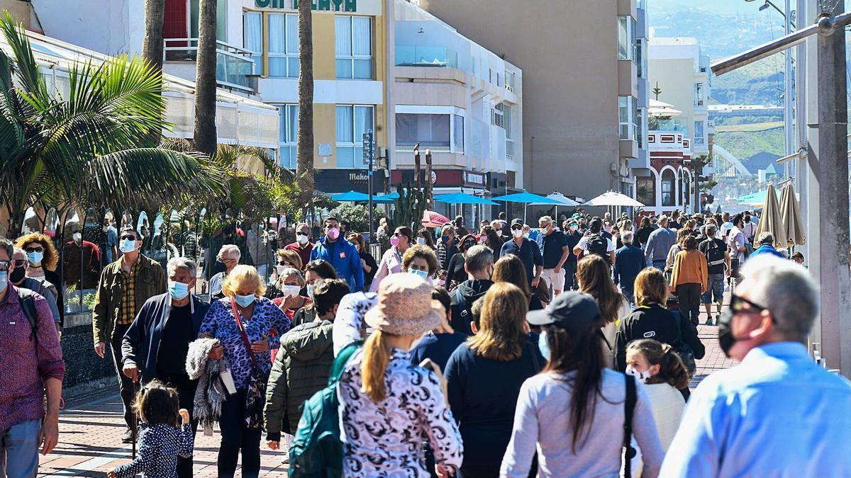 Groups of people along the Paseo de Las Canteras, Gran Canaria.  |