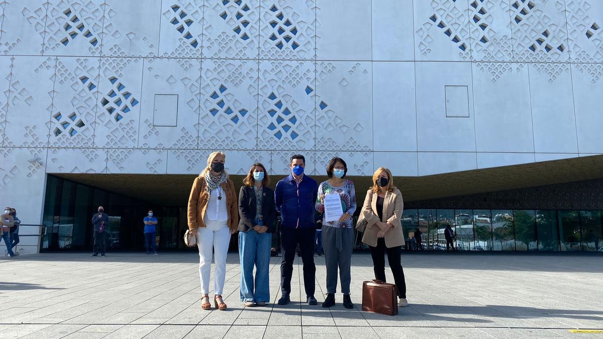 Los concejales de IU y Podemos, junto a la responsable de IU en Córdoba y la abogada.