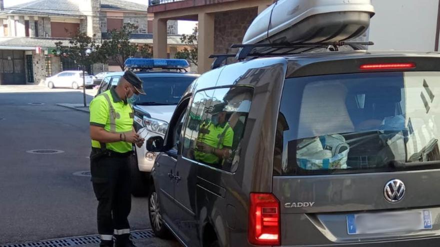 Así auxilió la Guardia Civil de Tráfico a un bebé enfermo en Mombuey