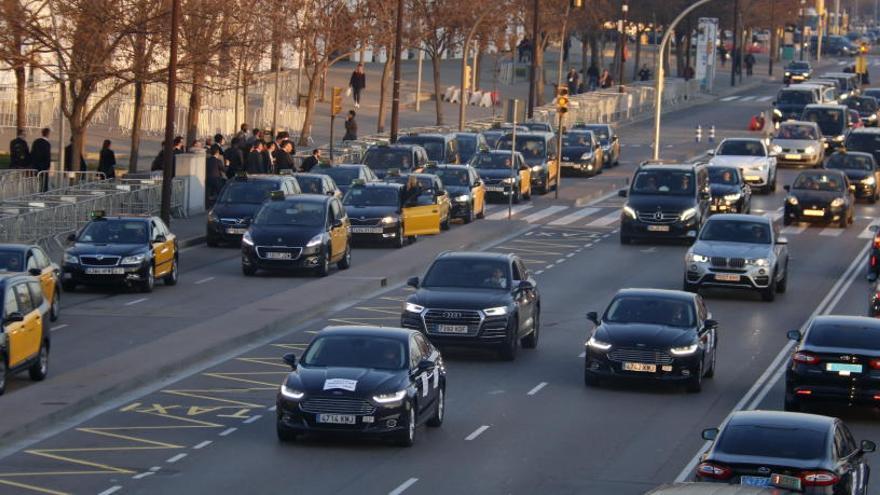 La jutgessa admet a tràmit la querella dels taxistes contra Uber i Cabify