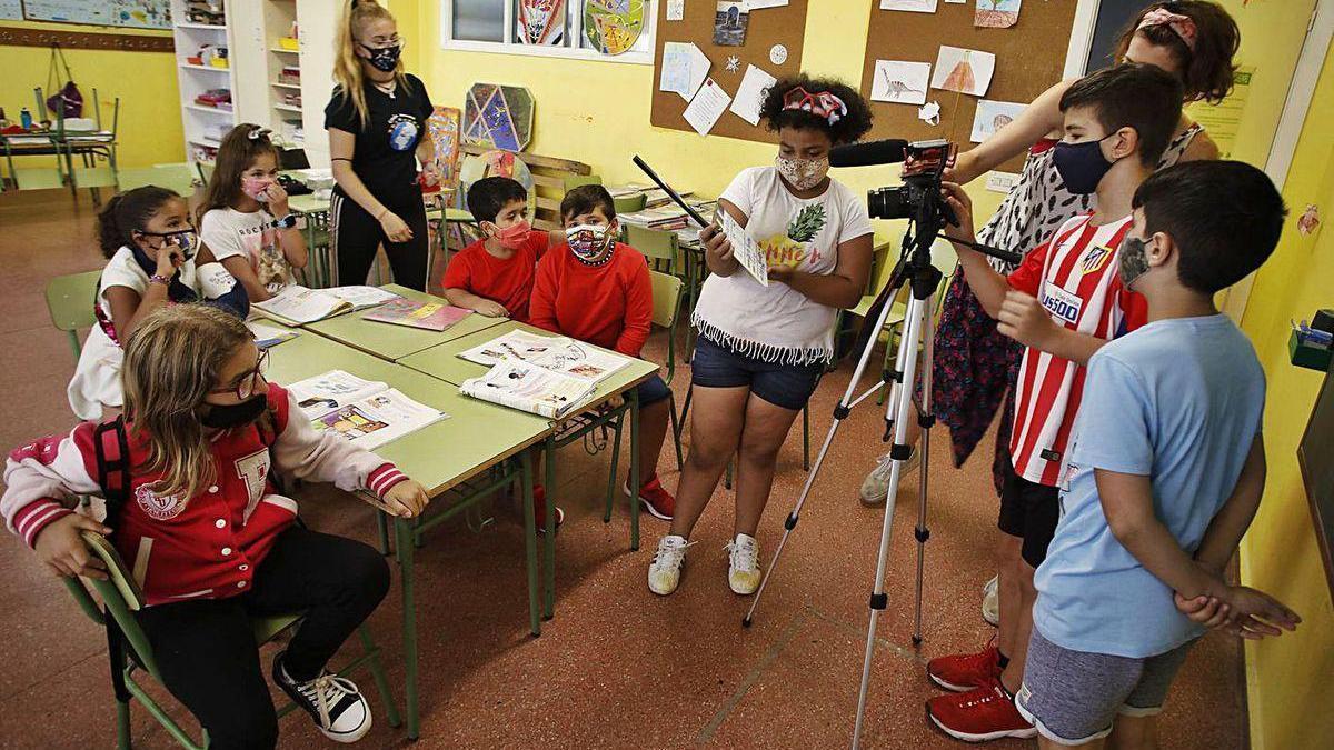 Niños en un aula de un colegio de Gijón durante un taller impartido este verano.