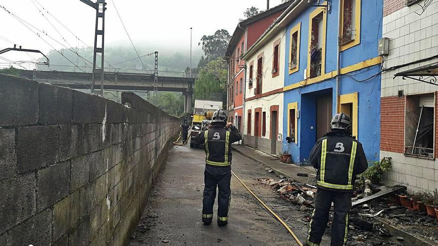 El fuego calcina una casa en Ablaña de Abajo, en Mieres, sin que haya heridos