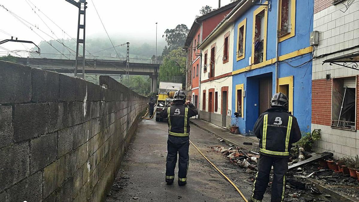Los bomberos, durante la actuación realizada en la casa de Ablaña de Abajo. | SEPA