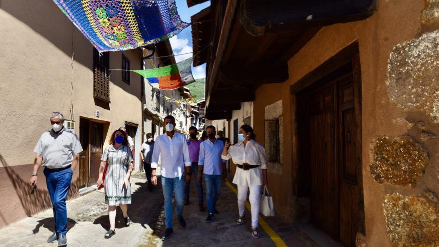 Los parasoles tejidos a mano visten de nuevo Valverde de la Vera