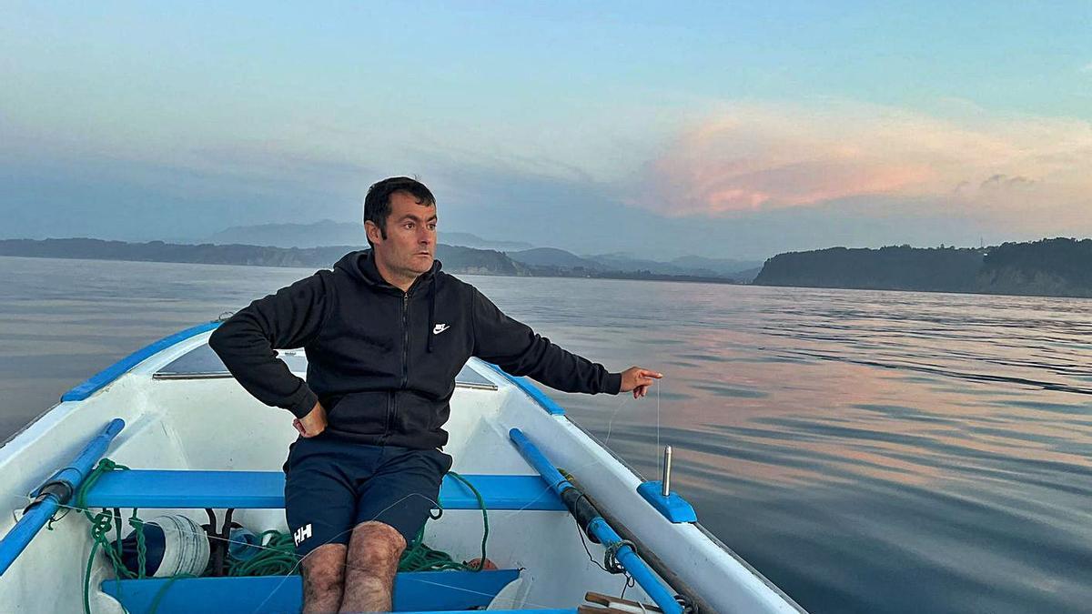 Pelayo Fernández, tratando de pescar calamar de potera en la costa de Tazones. | O. Pena