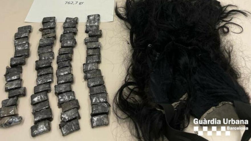 Detinguda una dona que duia tres quarts de quilo de cocaïna sota d'una perruca