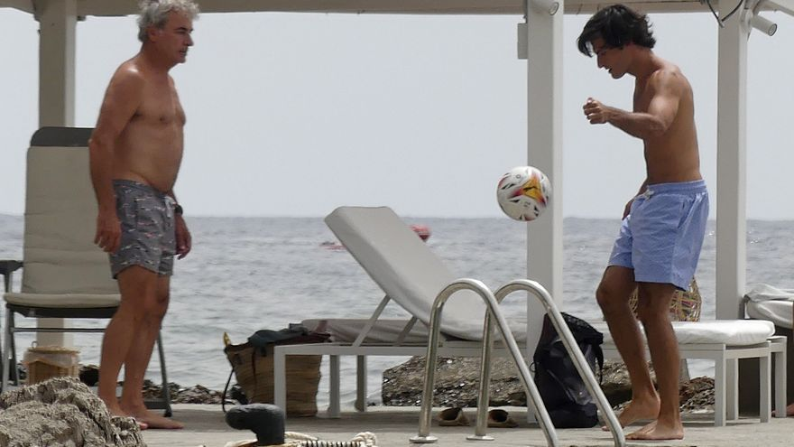 El piloto Carlos Sainz disfruta a lo grande en Ibiza