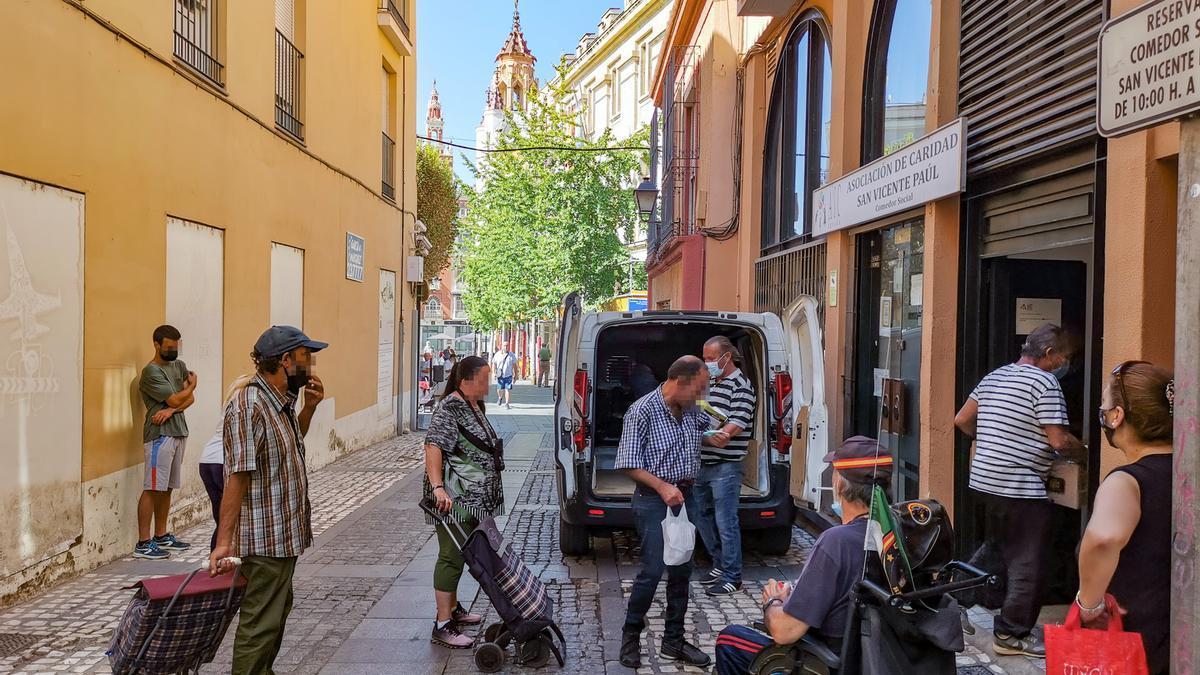 Colas en el comedor social de la calle San Pedro de Alcántara.