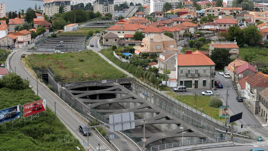 Excarcelan a dos personas en Vigo tras volcar su coche en el túnel de Bouzas