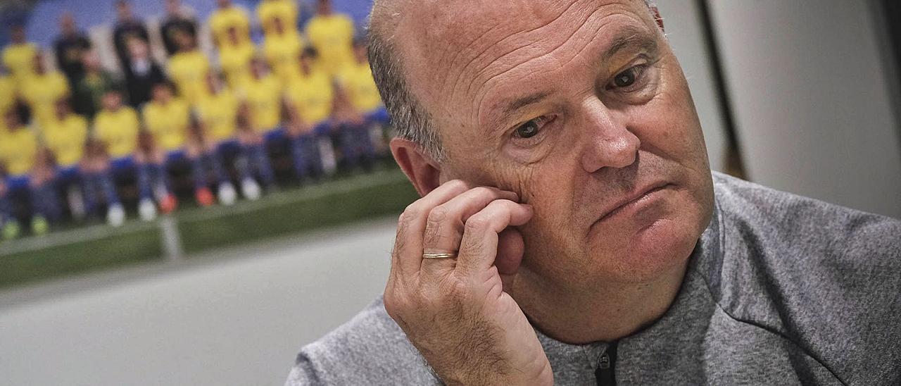 El técnico madrileño José Mel Pérez, en una imagen de archivo de la pasada campaña, posa reflexivo en su despacho de la ciudad deportiva de Barranco Seco.  | | PÉREZ CURBELO
