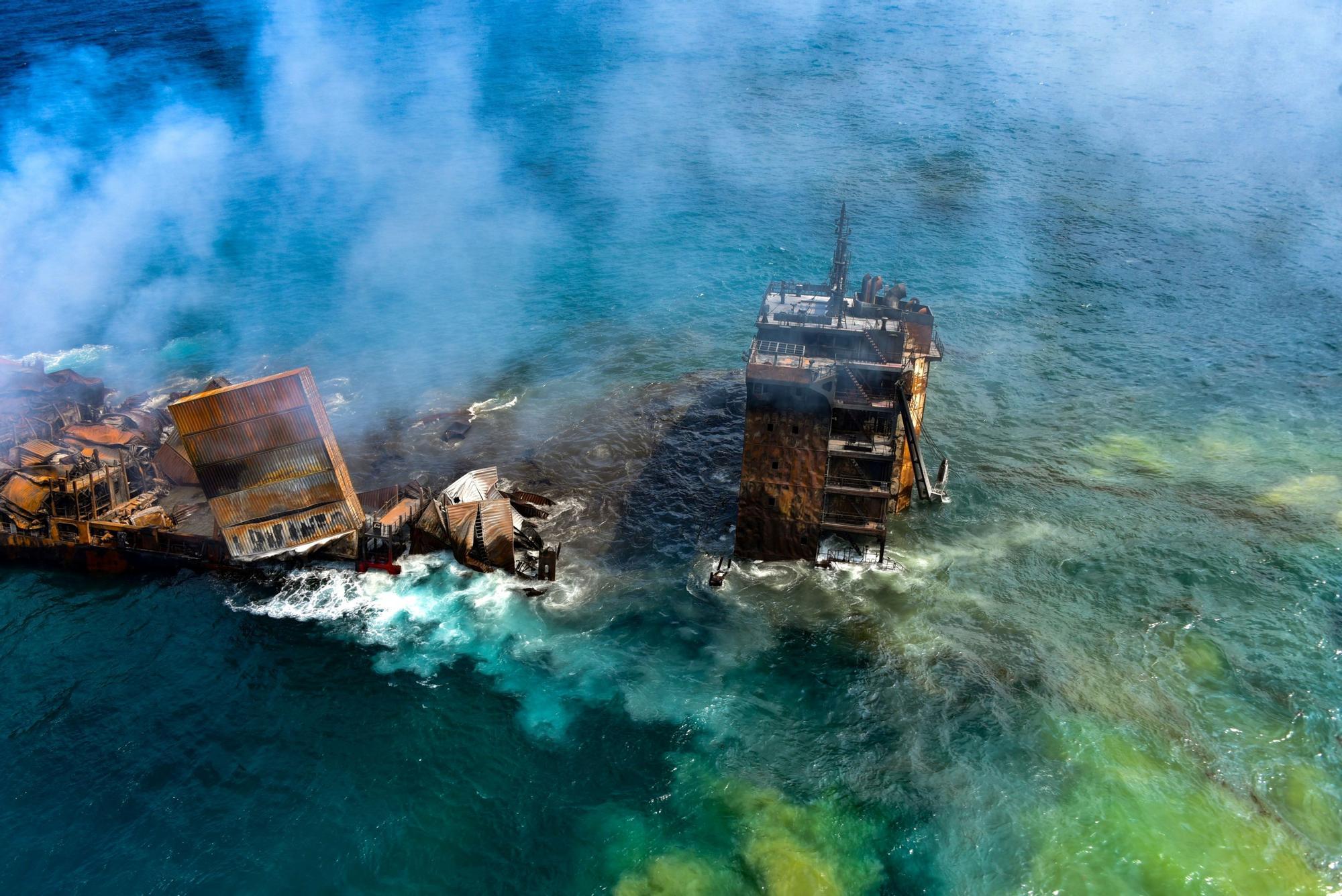 Un barco se hunde en las aguas de Sri Lanka