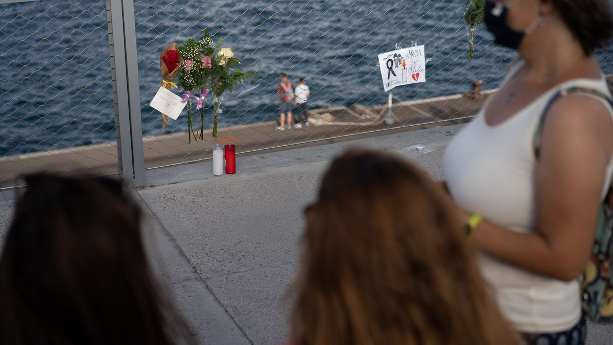 Dones deixant rams de flors al port de Tenerife