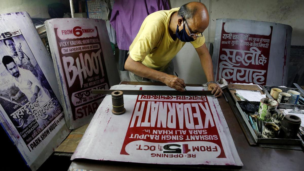 Un diseñador gráfico imprime un cartel de una película de Bollywood