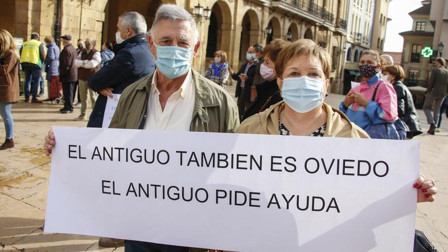 """Los vecinos del Oviedo Antiguo claman contra el botellón: """"La situación es insoportable, no podemos tener vida"""""""