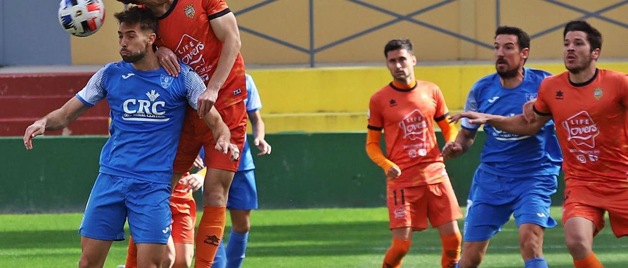 Atzeneta y Orihuela pugna por un balón aéreo en un lance del partido en Los Arcos.   TONY SEVILLA