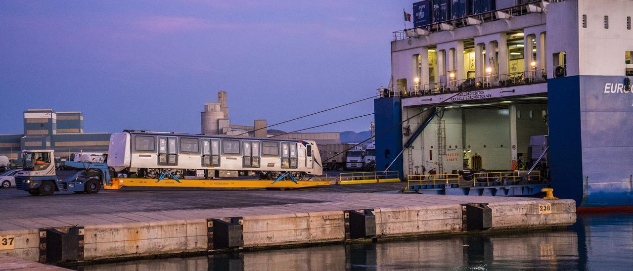 Embarque de vagones del metro de Nápoles en el Port de Sagunt