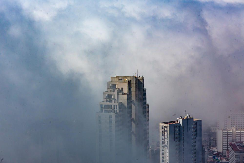 Este fenómeno se da porque el aire caliente baja y se condensa al chocar con el agua fria